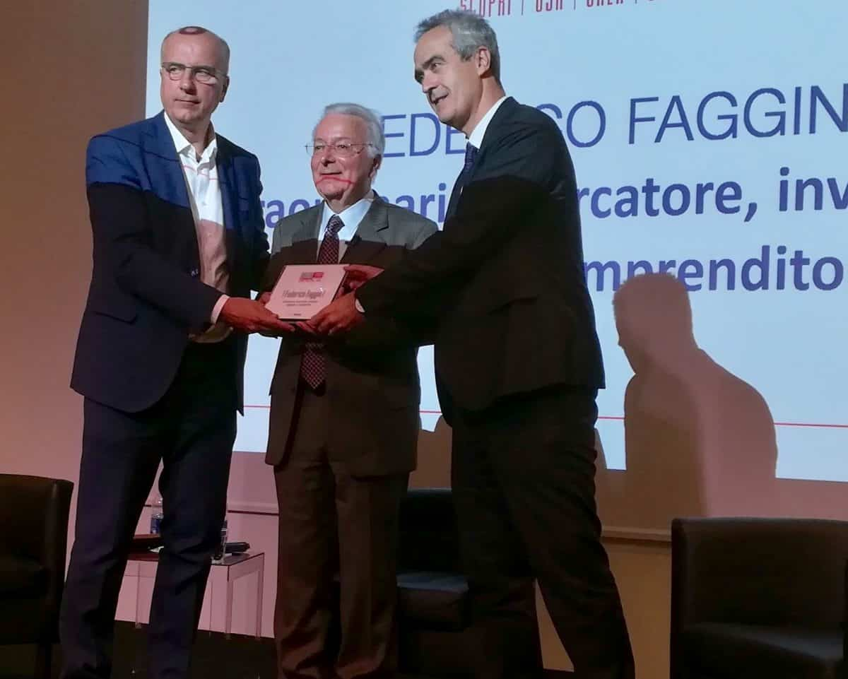 Il Rettore Rosario Rizzuto e il founder di Digitalmeet Gianni Potti consegnano l'Award 2017 a Federico Faggin